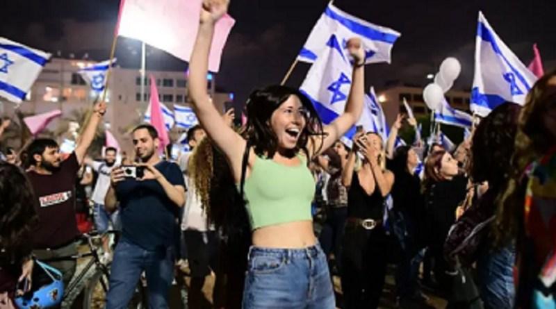 Israelenses celebram, nas praças de Tel Aviv e Jerusalém, a saída de Netanyahu   Hora do Povo