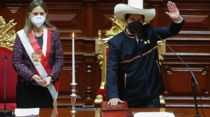 Castillo toma posse com promessa de realizar constituinte no Peru