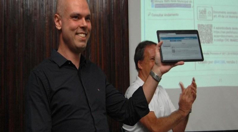 Prefeitura de São Paulo entrega tablets sem chip às escolas