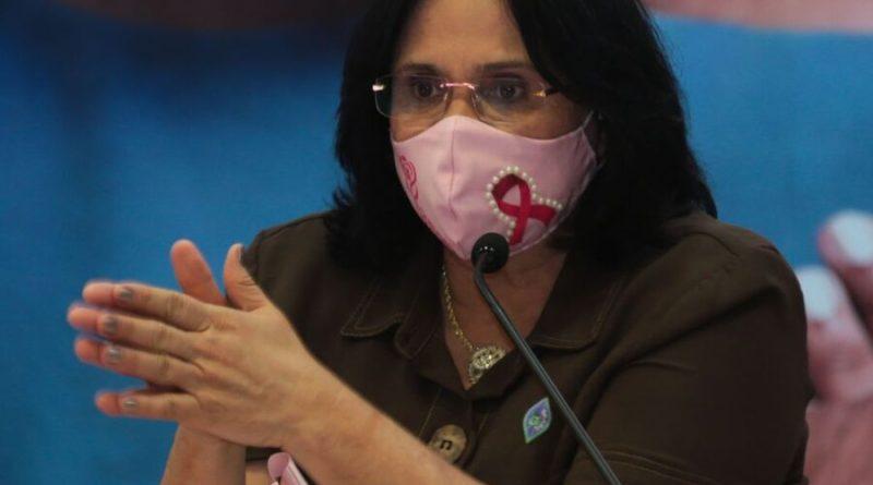 Damares diz que governo vai anunciar programa de distribuição de absorventes