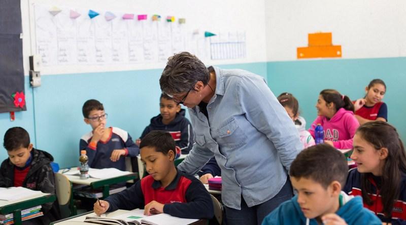Professores brasileiros resistem a sucessivos golpes há mais de 5 anos