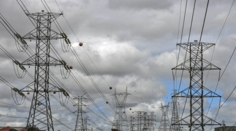 Taxa extra na conta de luz não será suficiente para bancar térmicas, diz MME