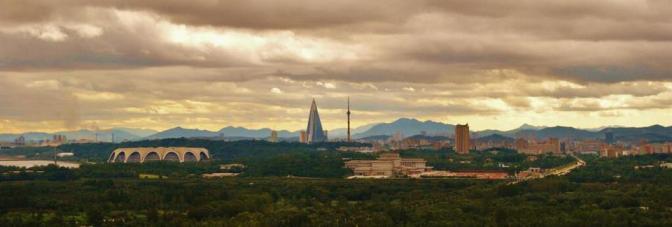 Panorama da belíssima e a capital mais limpa do mundo. Ao fundo, o maior hotel da Coreia do Norte.