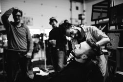 Le coiffeur-barbier Anthony Letinois en pleine action au Binz Market 2015