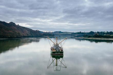 Le reflet d'un bateau dans les abers