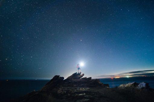 Une lampe au milieu des étoiles