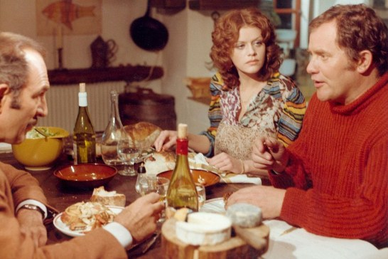 """Scène du film """"Les Galettes de Pont-Aven"""" avec Jean-Pierre Marielle, Bernard Fresson et Dolores Mac Donough"""