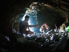 Des grottes où il faut continuer en marchant en fonction du marnage