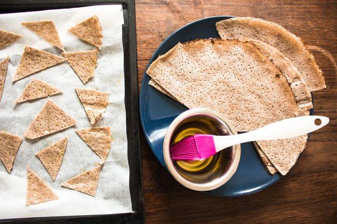 On coupe et on peint à l'huile nos petites chips !