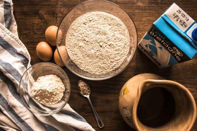 Farines, œuf, eau, lait et sel : tout est là pour de superbes galettes de blé noir !
