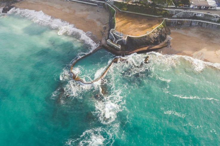 Pratique, une piscine d'eau de mer permet de se baigner facilement à marrée basse