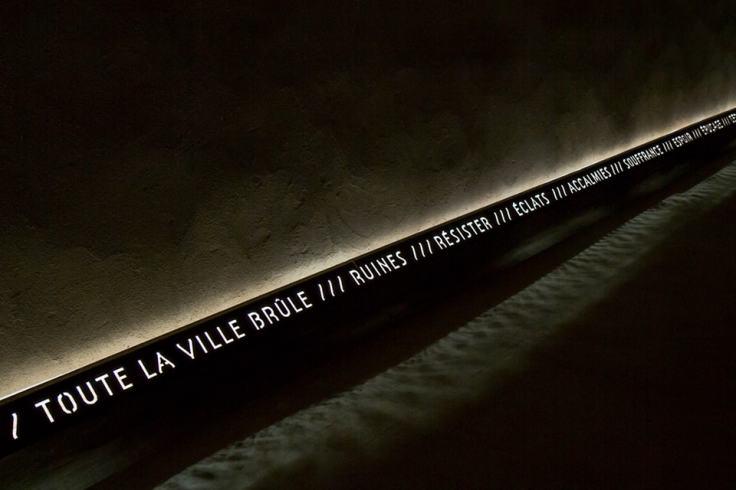 Inscriptions visibles dans l'abri Sadi-Carnot pour ne jamais oublier le drame