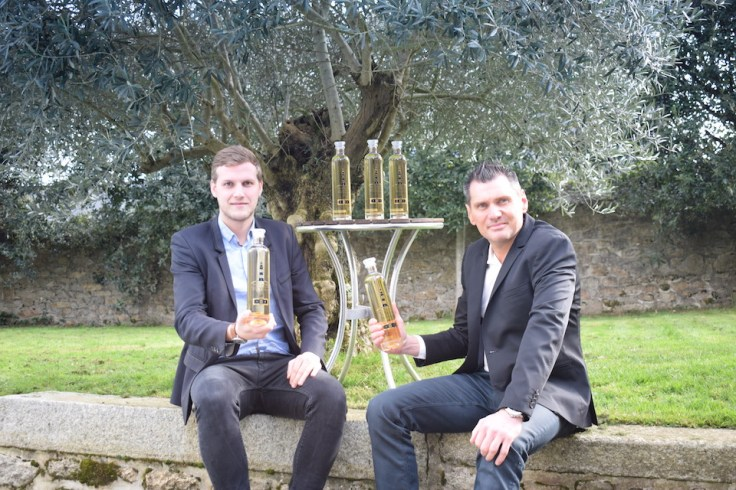 Laurent et Julien Jouffe assis devant des bouteilles de Brastis posé sur une table