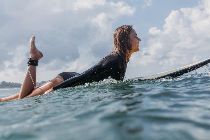 Surfeuse attendant une vague