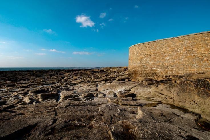 À marée bassée, il est possible de faire le tour du Fort à pieds !
