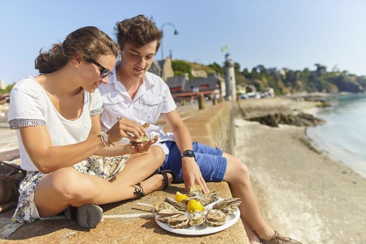 Dégustation d'huîtres sur le port de Cancale, pour ses vacances en Ille et Vilaine