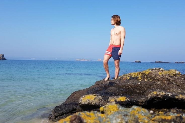 Jeune breton qui prend la pose sur un rocher et avec son maillot de bain Jo Bigorneau