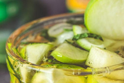 De la pomme verte pour agrémenter le mojito au cidre breton, le Cidrito !