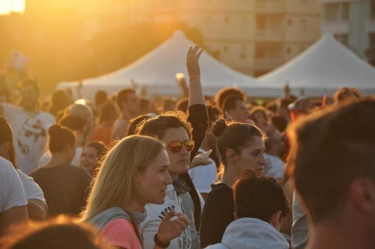 Des festivaliers qui s'amusent sous un coucher de soleil au festival de la P'art Belle à Sarzeau