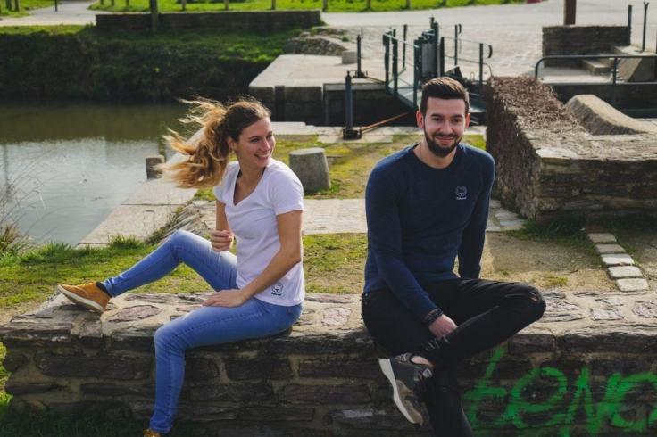 Couple qui pose dans le centre ville de Rennes