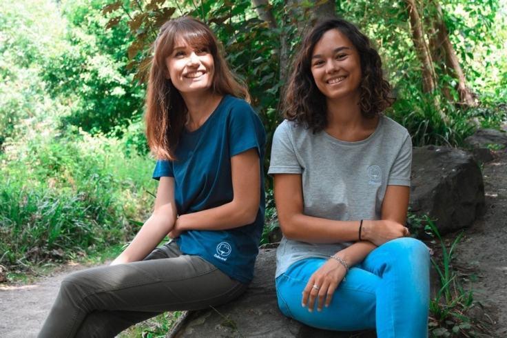 Deux amies qui posent dans une forêt