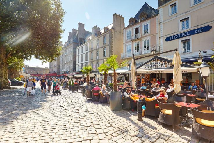Rue ensoleillée de la ville de Saint-Malo en Bretagne