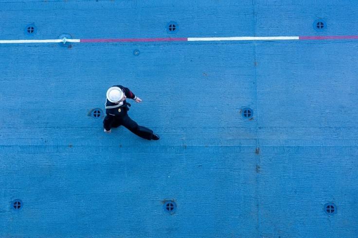 Un soldat de la marine sur le pont d'un bateau de guerre