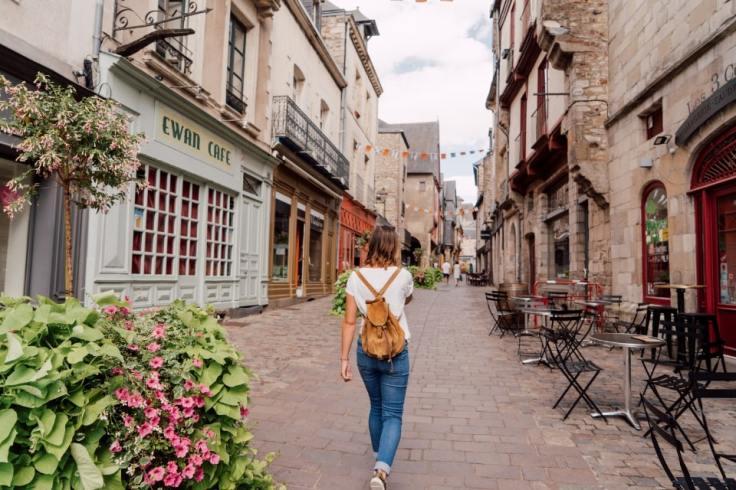 Jeune femme qui se balade dans les rues de la ville de Rennes