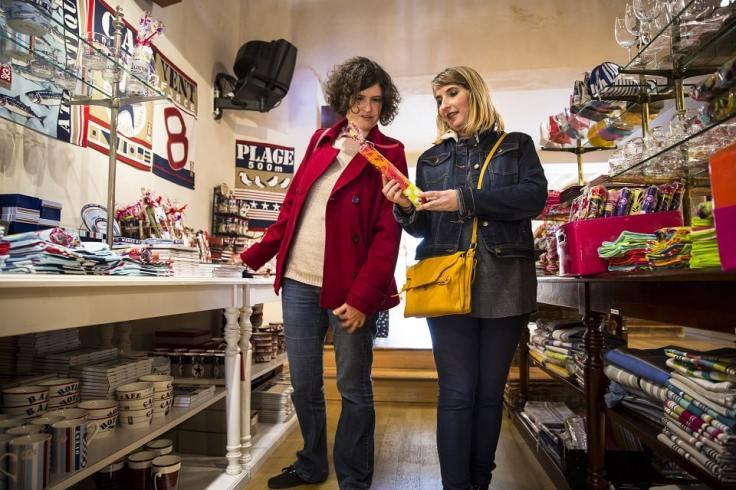 Deux femmes qui sont dans un magasin de souvenirs bretons