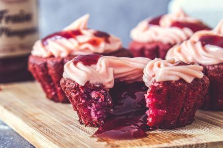 Muffins à la fraise sur une planche de bois