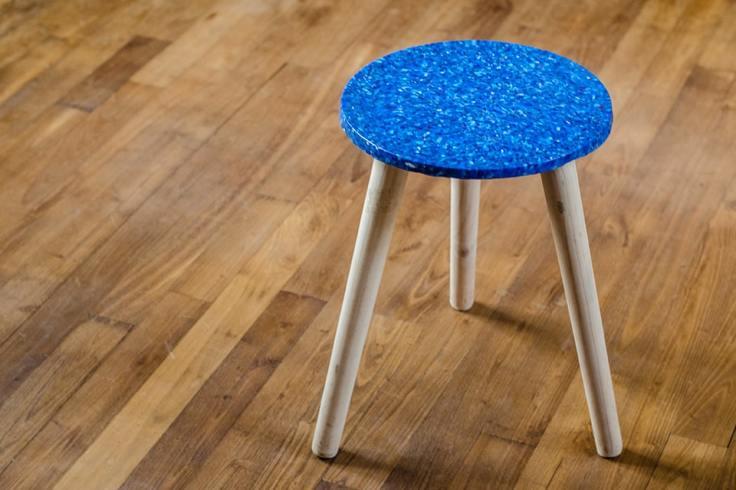 Tabouret bleu crée dans le cadre du projet Rehab