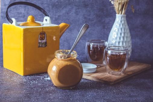 Mise en valeur de la recette de caramal au beurre salé sur une table de cuisine