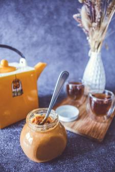 Les ingrédients pour réussir le caramel au beurre salé posés sur une table