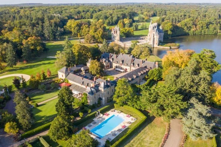 Le château de la Bretesche de Missillac vu de haut laissant voir la piscine extérieure
