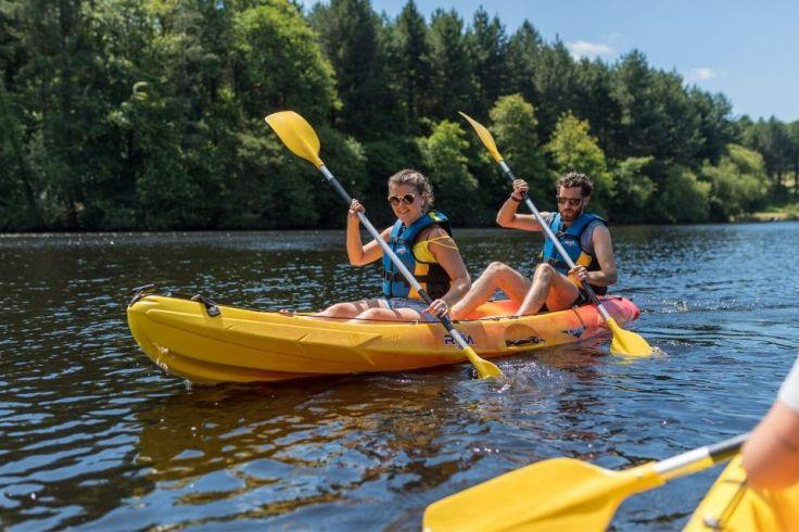 Un homme et une femme font du kayak