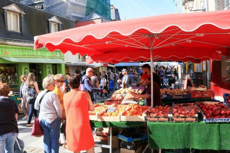 Des fruits sont étalés sur un stand dans un marché