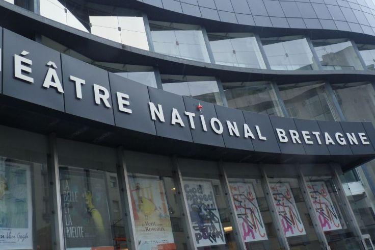 Un radis en polystyrène est accroché sur la façade du théâtre national de Bretagne à Rennes.