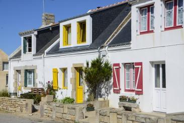 Des maisons avec des volets colorés