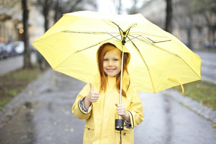 Une petite fille et son parapluie en Bretagne