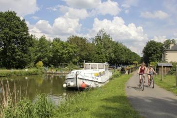 Des cyclistes sur le canal de Nantes à Brest