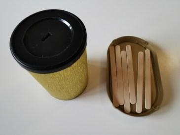 La boite à forme faite avec une boite de café instantané et des bâtonnets en bois.