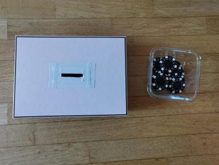 Une boite à forme faites avec une boite en carton et des jetons de poker.