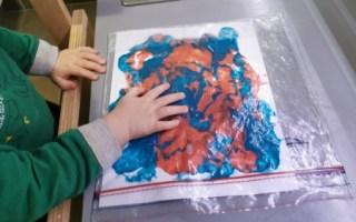Un atelier de peinture propre à faire avec bébé.