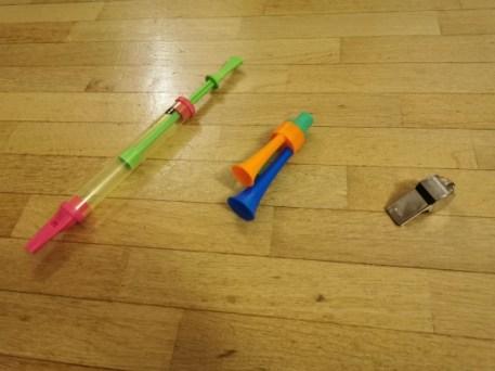 Les instruments de musique dans lesquels il faut souffler pour sortir un son comme le sifflet et la flûte peuvent stimuler le langage du bébé de 2 an.