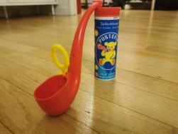 La pipe à bulle est un outil qui permet de stimuler le langage du bébé de 2 ans et plus.
