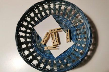 Voici un exercice de vie pratique Montessori qui consisite à ouvrir et fermer une pince à linge.