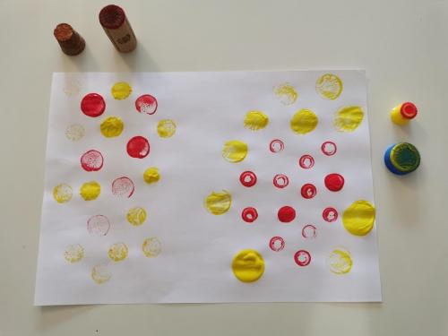 Une peinture faite avec différents types. de bouchons