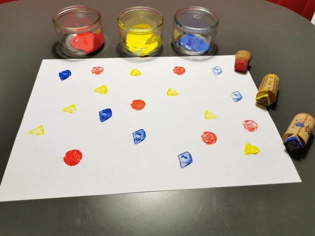 recycler des objets pour fabriquer des tampons de peinture. Ici, une peinture faites avec des bouchons en liège.