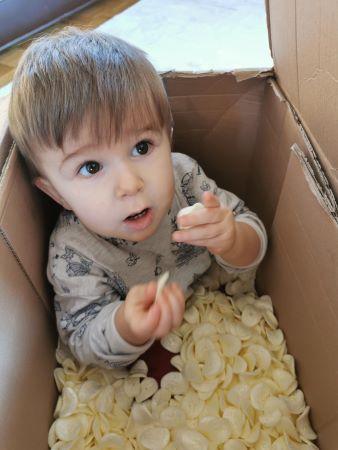 Recycler des cartons et des chips de polystyrène pour faire du transvasement avec les enfants.