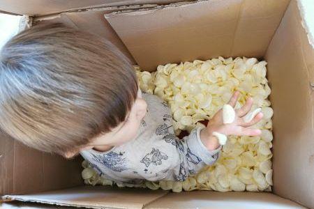 Recycler des objets comme des cartons et des chips de polystyrène pour faire du transvasement avec les enfants.